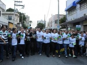 Políticos e manifestantes fizeram cordão para protestar  (Foto: Divulgação)