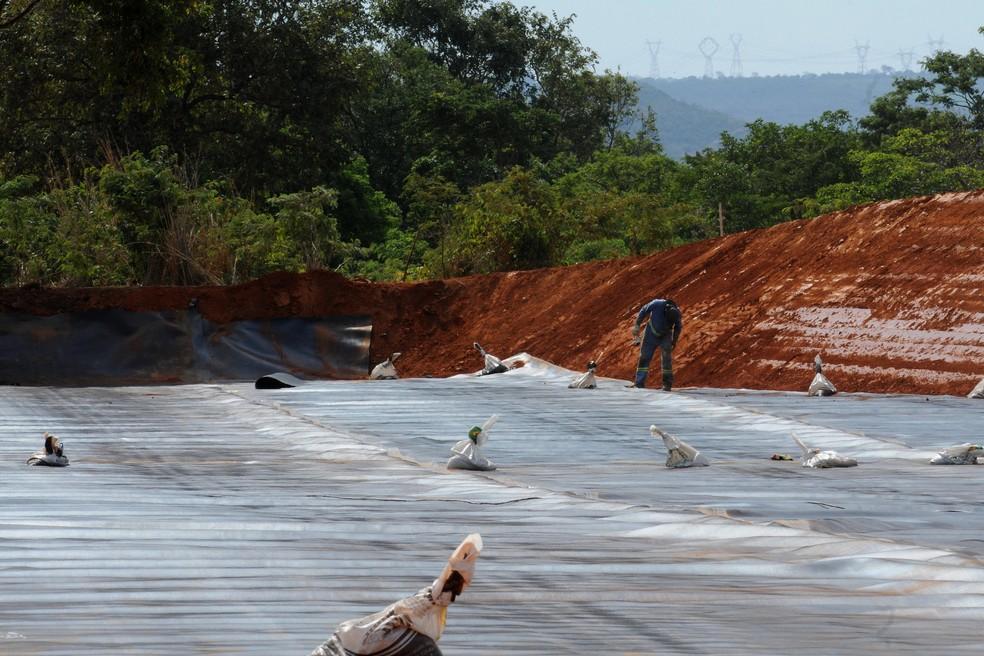 Operários instalam mantas que evitam contaminação do solo no Aterro Oeste, em Samambaia (Foto: Toninho Tavares/Agência Brasília)