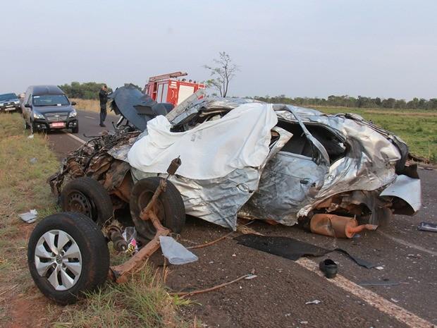 Carro colidiu em caminhão e bateu em carreta em MS (Foto: Norbertino Angeli/Jovem Sul News)