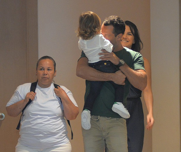 Kyra Gracie e Malvino Salvador com Ayra e a babá (Foto: AgNews)