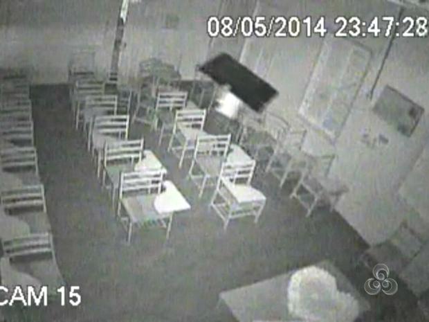 Ladrões invadiram a Escola Estadual João Mariano da Silva, em Rio Branco, na quinta-feira (8) e levaram um televisão de 42 polegadas (Foto: Reprodução/TV Acre)