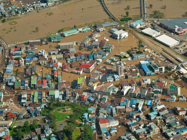 Vista aérea de área residencial alagada em Kuji, após passagem do tufão Lionrock (Foto: Kyodo / via Reuters)