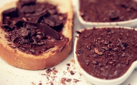 Torrada doce servida com manteiga de chocolate