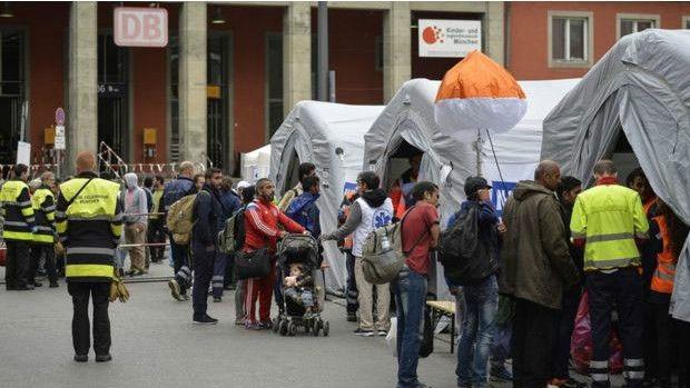 Imigrantes passam por um check-up médico na chegada a Munique  (Foto: BBC )
