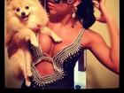 Com cadelinha no colo, ex-BBB Adriana exibe decotão em fantasia