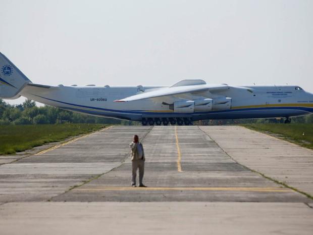 Um avião Antonov An-225 Mriya, maior aeronave de asa fixa do mundo com 84 metros de comprimento, se dirige para a decolagem no Aeroporto de Kiev, na Ucrânia (Foto: Valentyn Ogirenko/Reuters)