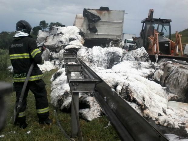 Chamas atingiram caminhão carregado com algodão em Jundiaí (Foto: Divulgação / Corpo de Bombeiros)