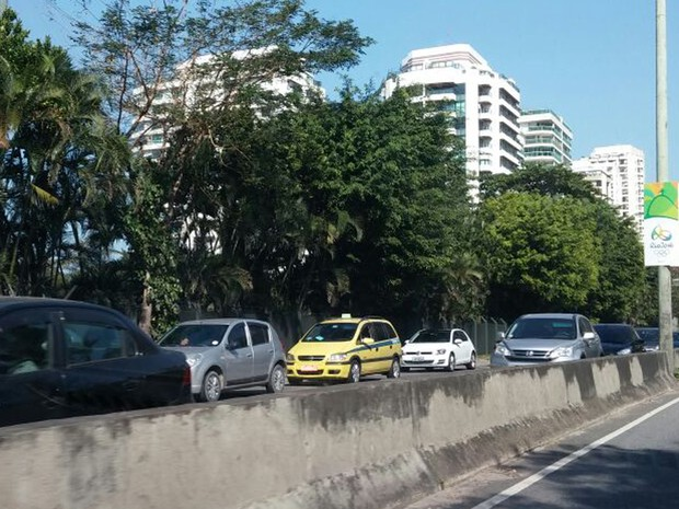Trânsito na Barra da Tijuca nesta terça-feira (2) (Foto: Túlio Mello/G1)
