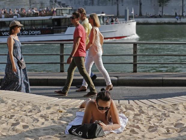 Banhistas enchem a praia artificial na beira do Rio Sena, em Paris (Foto: Christian Hartmann/Reuters)