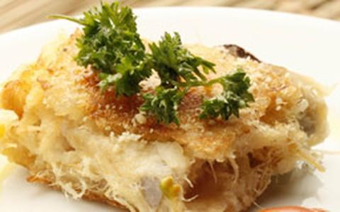 Combinado de bacalhau, aipim, azeitonas e queijo parmesão