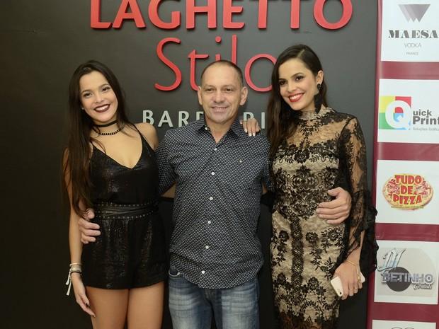 Ex-BBBs Emilly Araújo e Mayla Araújo com o pai, Volnei Alves, em festa na Zona Oeste do Rio (Foto: Roberto Teixeira/ EGO)