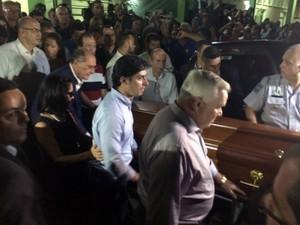 Alckmin e Lu seguem cortejo em direção ao cemitério para sepultarem o filho Thomaz (Foto: Daniel Corrá/ G1)