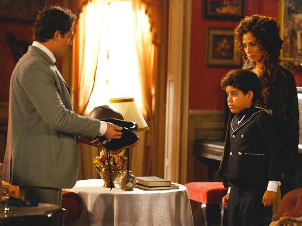 Elias não se aproxima, e Albertinho abre o presente para ele (Foto: Lado a Lado / TV Globo)