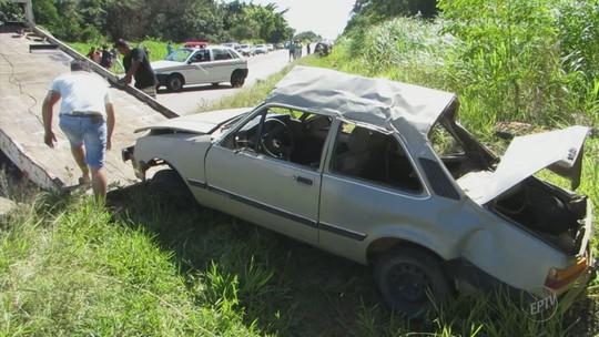 Carro capota com nove pessoas e deixa dois mortos em Alpinópolis, MG