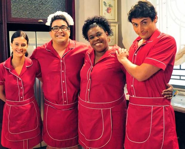 André Marques e Bruno De Luca vestidos com uniforme igual ao das empregadas de Carminha (Foto: TV Globo/Vídeo Show)