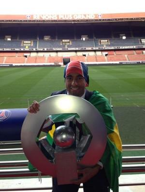 Lucas do PSG posa para foto com troféu (Foto: Divulgação / Arquivo Pessoal)