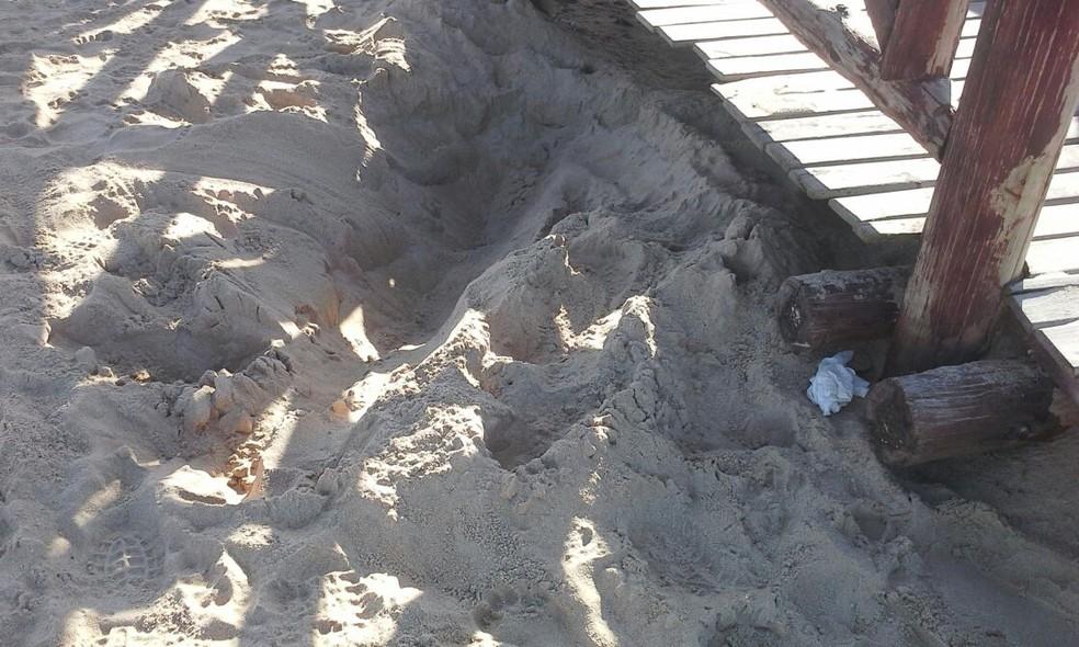Corpo estava enterrado na areia da praia (Foto: Gilberto Morais/Inter TV)