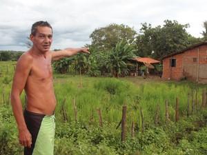 José Silva mostra onde aconteceu o confronto entre policiais e assaltantes (Foto: Patrícia Andrade/G1)