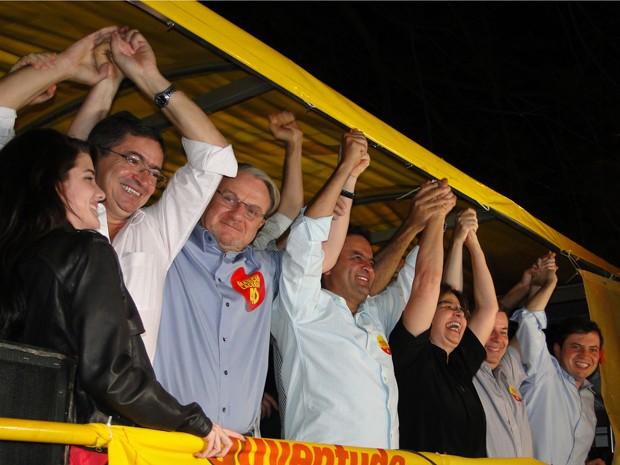 Marcio Lacerda comemora vitória com vice, Délio Malheiros, e o senador Aécio Neves (Foto: Pedro Cunha/G1)