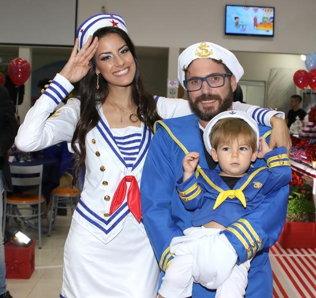 Hudson com a mulher, Thayra, e o filho, Davi (Foto: Thiago Duran/AgNews )