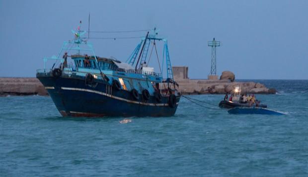 Dezenas de botes levando migrantes deixam a Líbia com direção à Itália ou à Grécia semanalmente (Foto: Mohamed Ben Khalifa/AP)