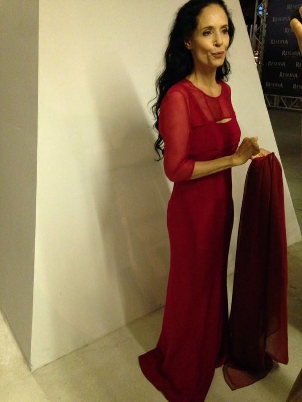 Sônia Braga usa vermelho em evento e diz que look não tem ligação política