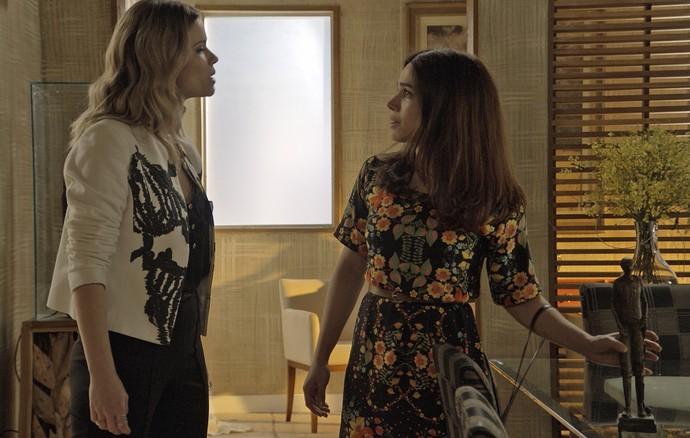 Shirlei deixa a estátua de Jéssica em cima da mesa (Foto: TV Globo)