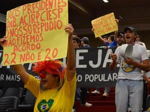 Emenda que fixa 22 vereadores a partir de 2013 foi aprovada minutos antes de manifestantes entrarem na Câmara. (Foto: Rodolfo Tiengo/ G1)
