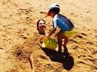 Wanessa posta foto sendo enterrada na areia pelo filho José Marcus