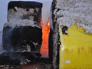 Cerca de 100 fardos foram atingidos pelo fogo (Foto: Adejair Morais/O Correio News)