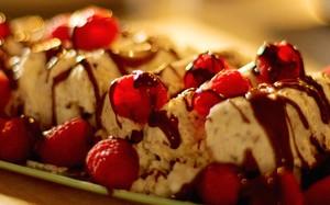Bolo de sorvete com merengue e raspas de chocolate da Nigella