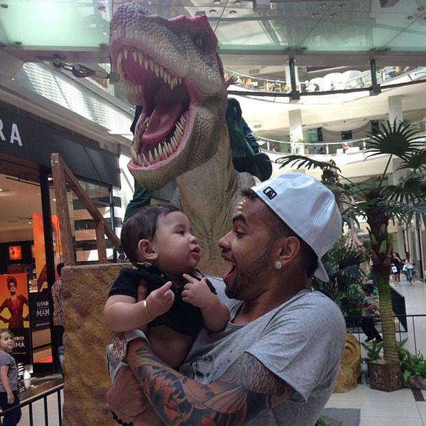 """Экс-игрок """"Шахтера"""" попытался испугать сына огромным динозавром - изображение 1"""