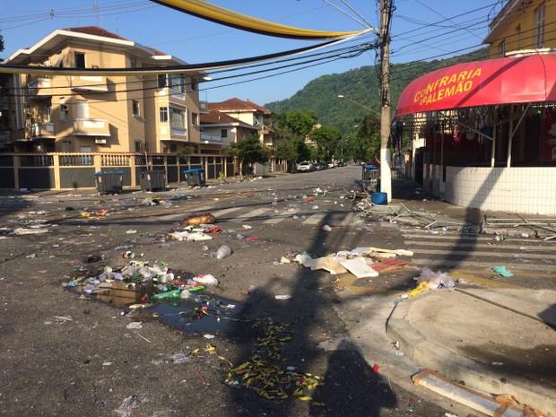Lixo ficou espalhado pelo local (Foto: Solange Freitas/G1)