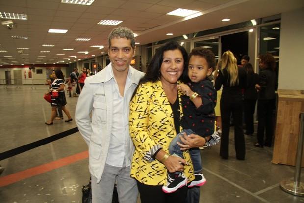 Regina Casé com o marido, Estevão Ciavatta, e o filho, Roque (Foto: Roberto Valverde/PhotoRioNews)