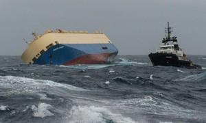 Navio cargueiro abandonado à deriva ameaça costa francesa