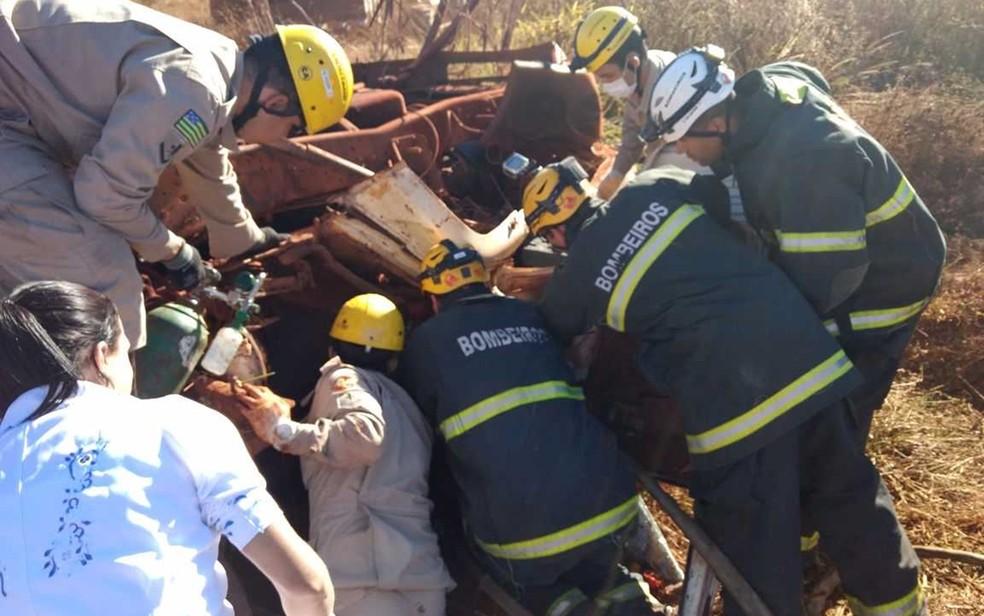 Corpo de Bombeiros teve que retirar vítima que estava presa às ferragens na GO-569 (Foto: Divulgação/Corpo de Bombeiros)