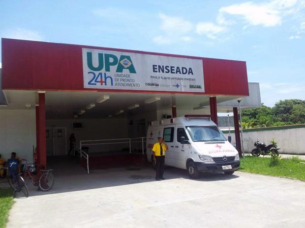 Vítima foi levada para a UPA do bairro Enseada, em Guarujá, SP (Foto: Cássio Lyra/G1)