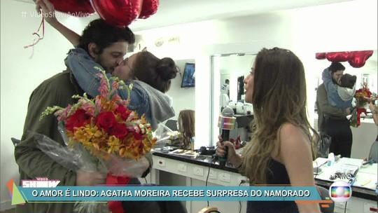 No Dia dos Namorados, Pedro Lamin invade camarim e entrega flores para Agatha Moreira