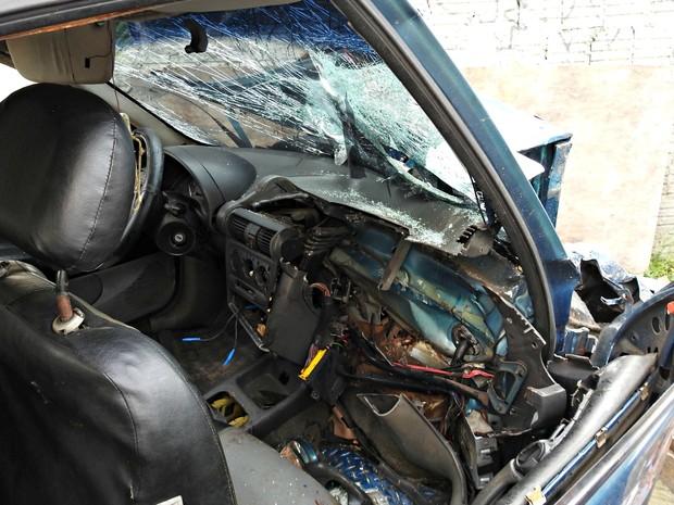 Impacto da colisão foi maior no lado do passageiro onde o adolescente estava (Foto: Adneison Severiano/G1 AM)