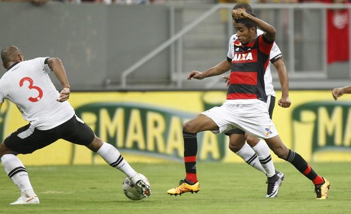Gabriel tenta o drible em Rodrigo (Foto: Gilvan de Souza/Fla Imagem)