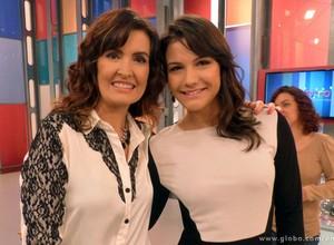 A apresentadora posou para o clique com a atleta e comentarista esportiva Kyra Gracie (Foto: Encontro com Fátima Bernardes/TV Globo)