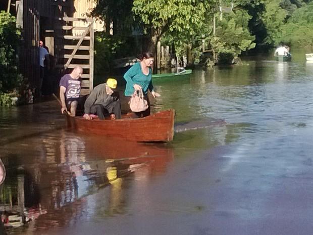 Pessoas são retirados de suas casas em função de chuva intensa que atingiu a cidade (Foto: Carlos Angelo/RBS TV)