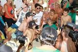 Medina assiste � irm� e interage com garotada em circuito de surfe em SC