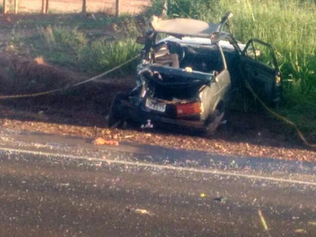 Carro ficou destruído (Foto: Polícia Militar/Divulgação)