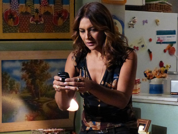 Lucimar recebe SMS de Morena  (Foto: Salve Jorge/ TV Globo)