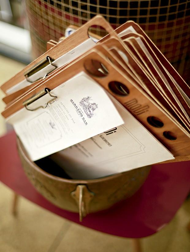 Cardápio na prancheta de madeira: arte e estilo na papelaria do restaurante (Foto: Rogério Voltan/Editora Globo)