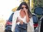 Lea Michele é clicada com decotão em Malibu