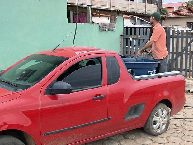 Moradores do bairro Córrego dos Mulatos fazem 'vaquinha' de água para combater falta de abastecimento (Foto: Reprodução EPTV)