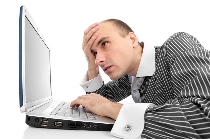 Homem preocupado no computador (Foto: Pond5)