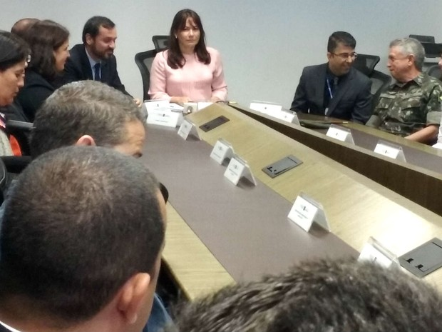Secretária de Segurança, Márcia de Alencar (centro) e representantes do GDF e do governo federal assinam plano de segurança para as Olimpíadas (Foto: Mateus Rodrigues/G1)